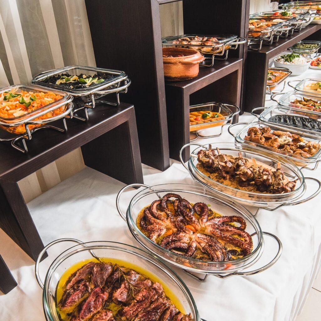 Veliki izbor jela od svezih i domacih namernica domace i internacionalne kuhinje.